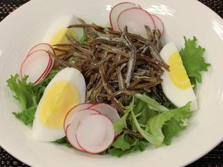 茹で卵と揚げ煮干しのサラダ